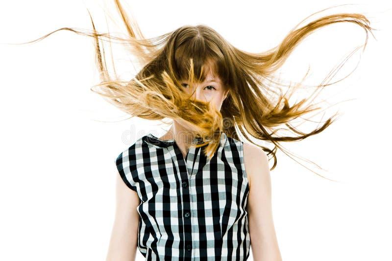 Muchacha adolescente con los pelos que vuelan rectos largos que cubren su ojo fotografía de archivo libre de regalías