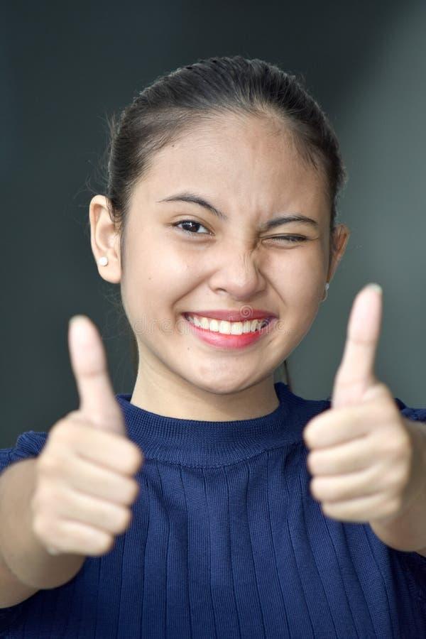 Muchacha adolescente con los pulgares para arriba foto de archivo