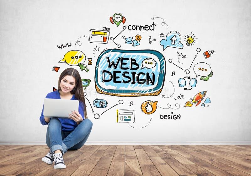 Muchacha adolescente con un ordenador portátil, diseño web imagen de archivo