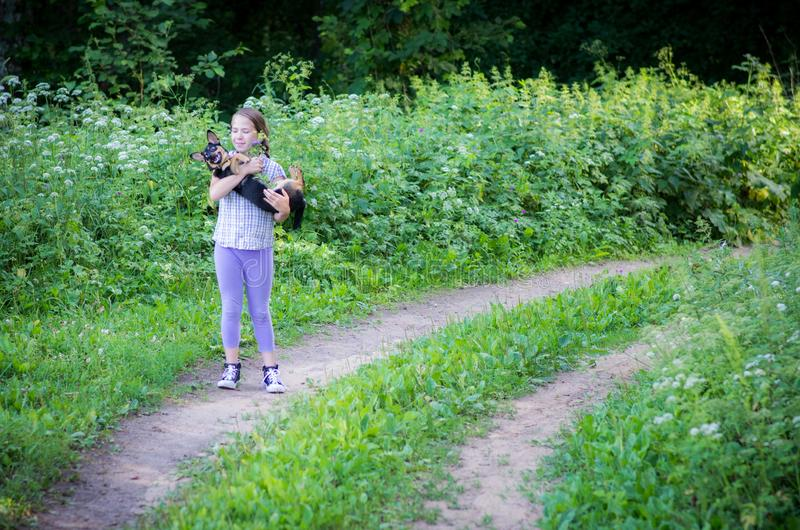 Muchacha adolescente con un perro fotografía de archivo