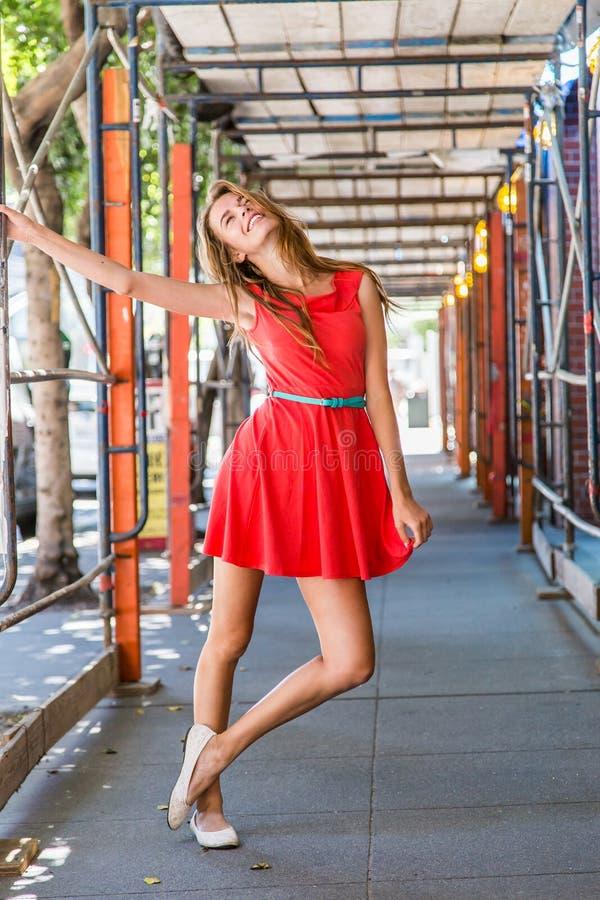 Muchacha adolescente con una expresión y una actitud alegres fotografía de archivo libre de regalías