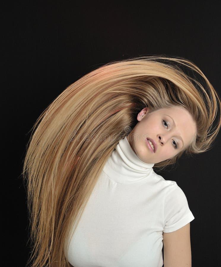 Muchacha adolescente de la edad del pelo largo rubio atractivo foto de archivo