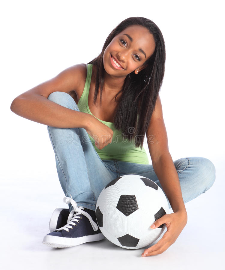 Muchacha adolescente de la escuela del fútbol del afroamericano fotografía de archivo