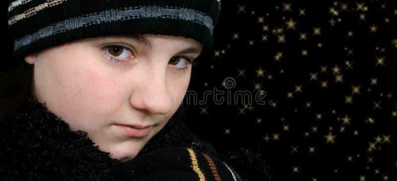 Muchacha adolescente del invierno con las estrellas en sus ojos imagen de archivo