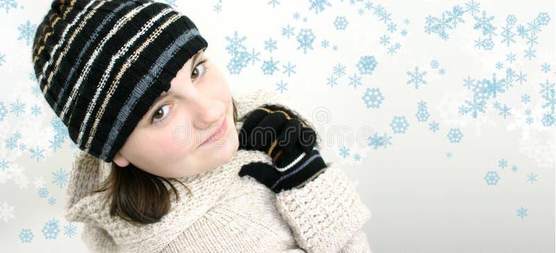 Muchacha adolescente del invierno en fondo del copo de nieve foto de archivo libre de regalías