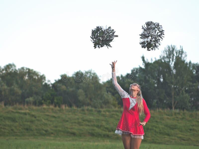 Muchacha adolescente del Majorette con los Pom-poms fotografía de archivo