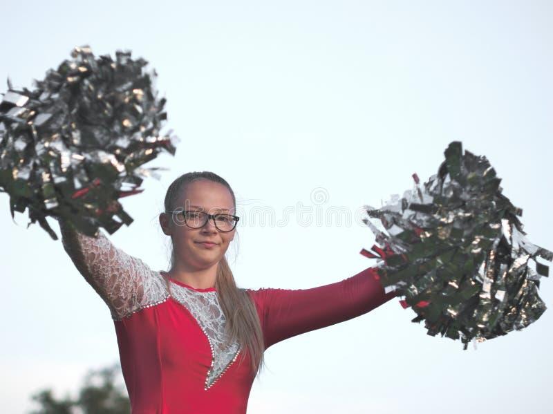 Muchacha adolescente del Majorette con los Pom-poms imágenes de archivo libres de regalías