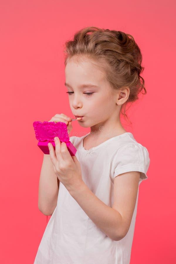 Muchacha adolescente del maquillaje Mujer linda de los cosméticos que se divierte con los productos de maquillaje imágenes de archivo libres de regalías