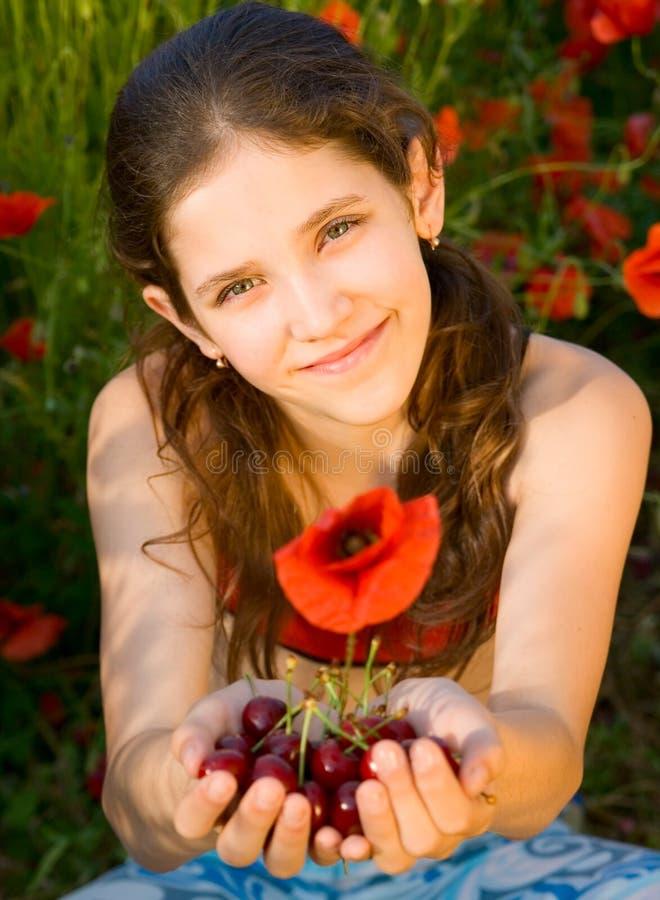 Muchacha adolescente del retrato con la amapola imagen de archivo libre de regalías