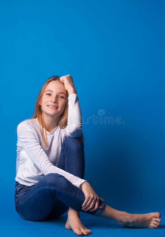 Muchacha adolescente elegante hermosa en fondo azul fotos de archivo libres de regalías