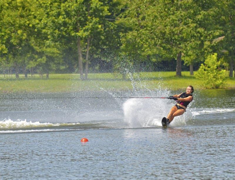 Muchacha adolescente en el agua Ski Course imagen de archivo
