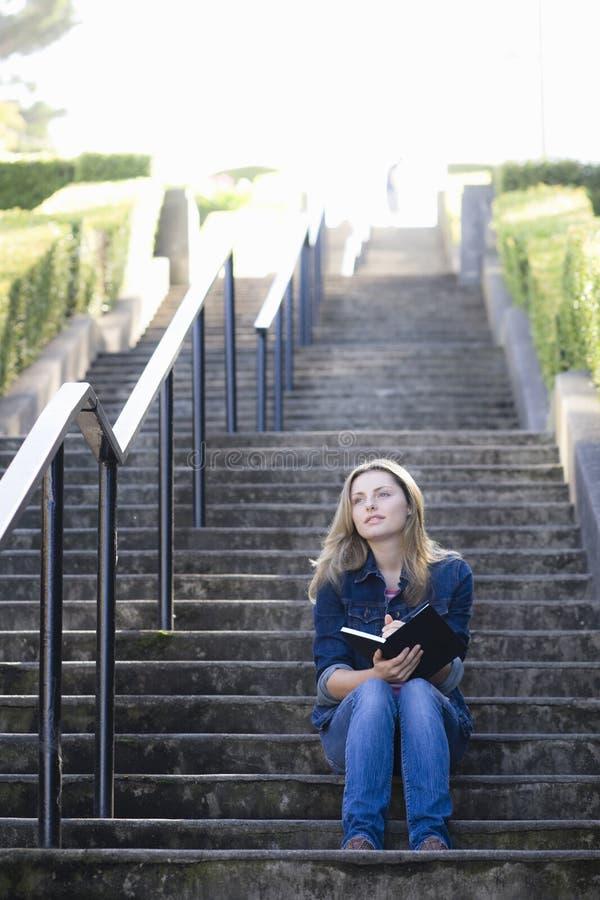 Muchacha adolescente en la escalera imagen de archivo