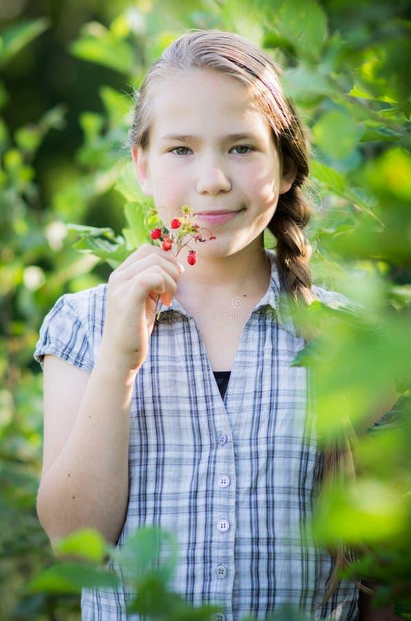 Muchacha adolescente en la naturaleza, verano precioso imagen de archivo libre de regalías