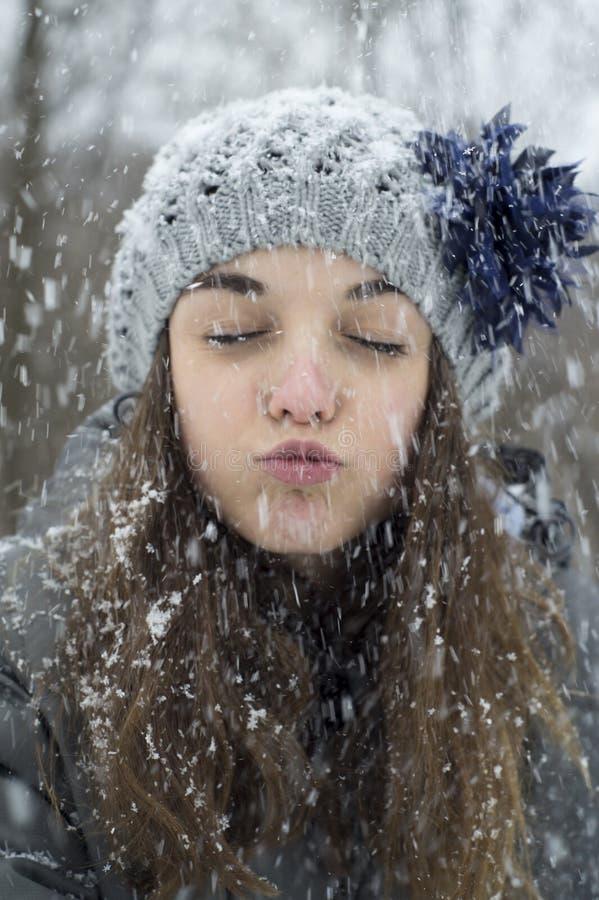 Muchacha adolescente en la nieve fotografía de archivo