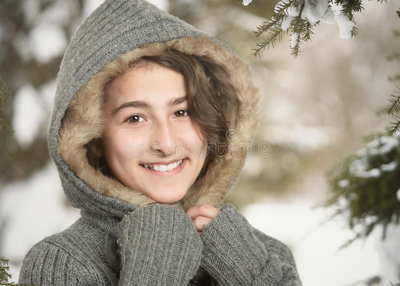Muchacha adolescente en nieve del invierno