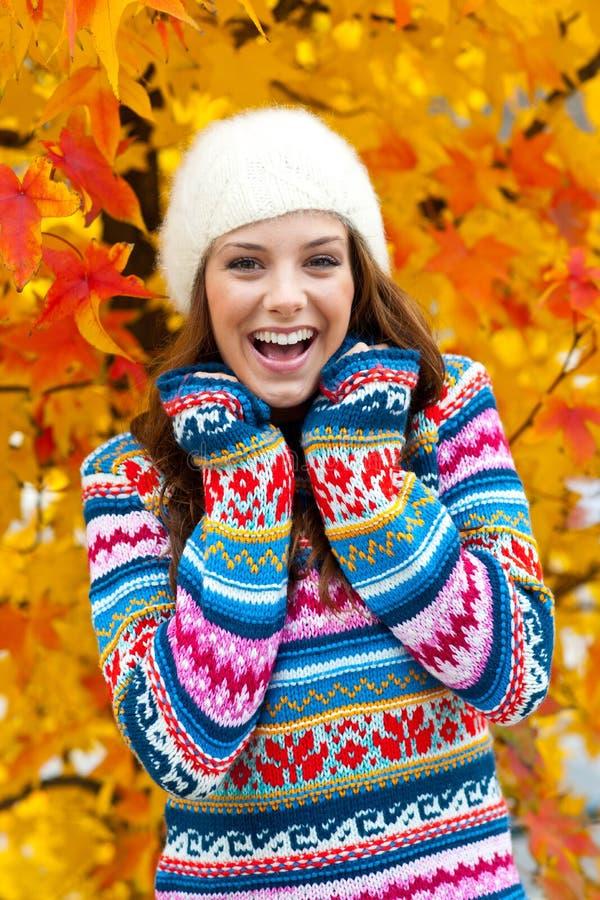 Muchacha adolescente en otoño foto de archivo libre de regalías