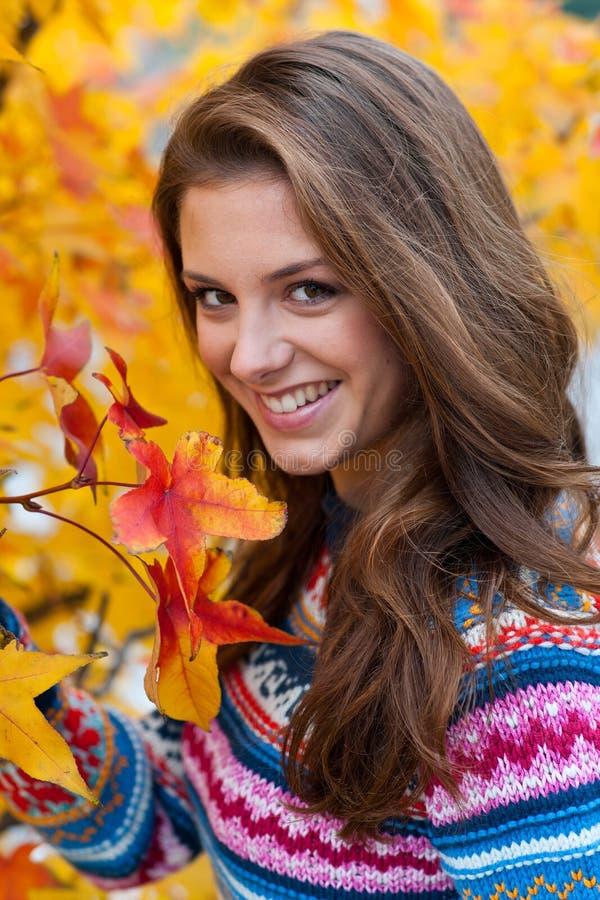 Muchacha adolescente en otoño imagenes de archivo