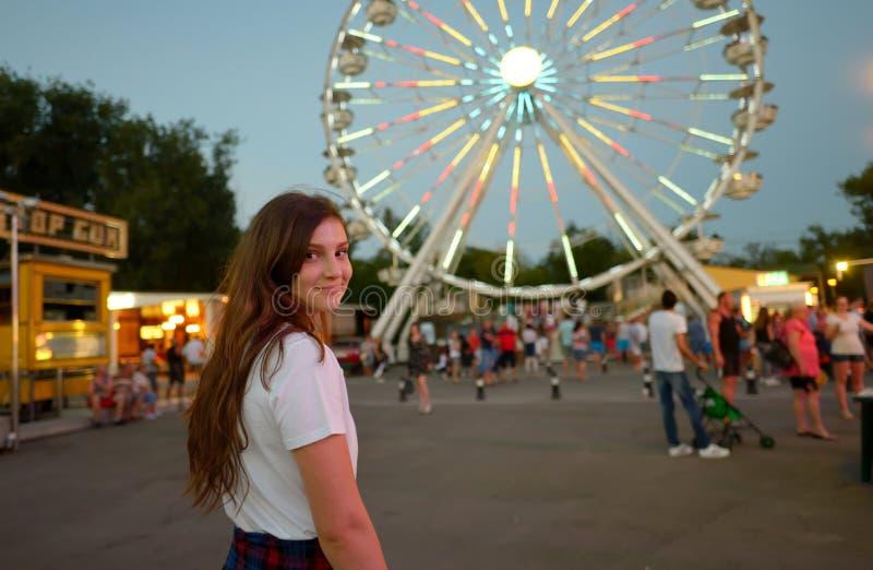 Muchacha adolescente en parque de atracciones imagen de archivo libre de regalías
