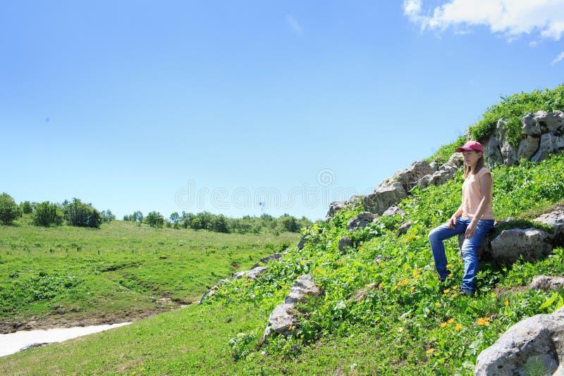 Muchacha adolescente en un alza en las montañas foto de archivo libre de regalías