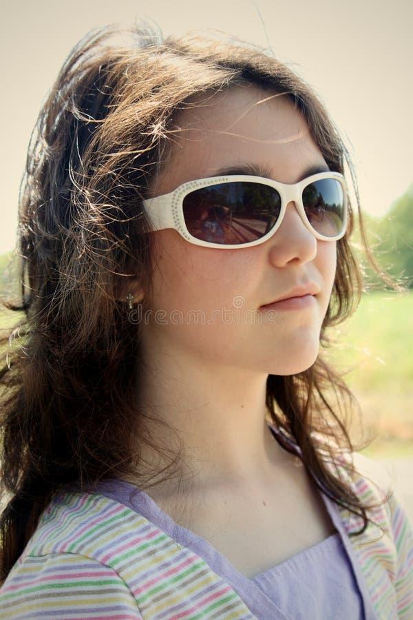 Muchacha adolescente en vidrios de sol foto de archivo
