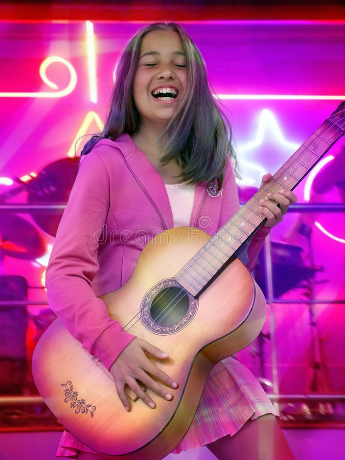 Muchacha adolescente feliz con la guitarra foto de archivo libre de regalías