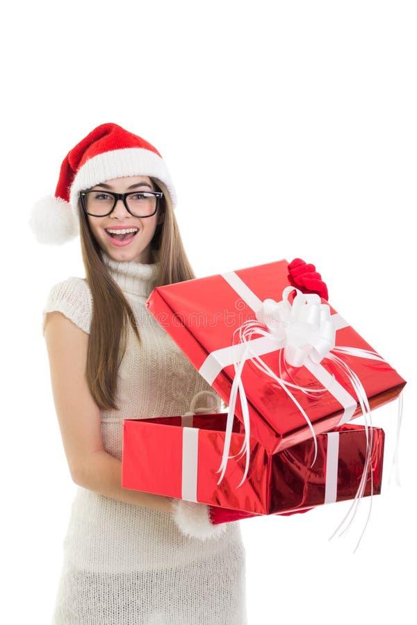 Muchacha adolescente feliz de Papá Noel que abre un regalo imagen de archivo