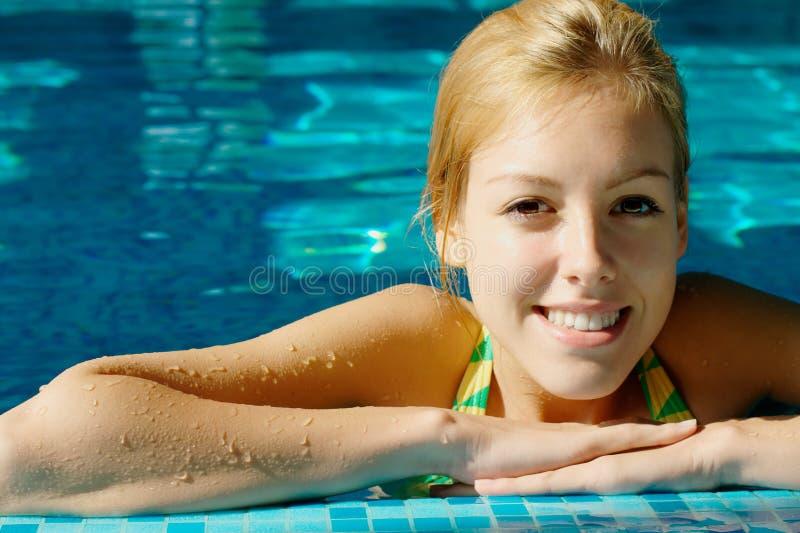 Muchacha adolescente feliz en la piscina foto de archivo
