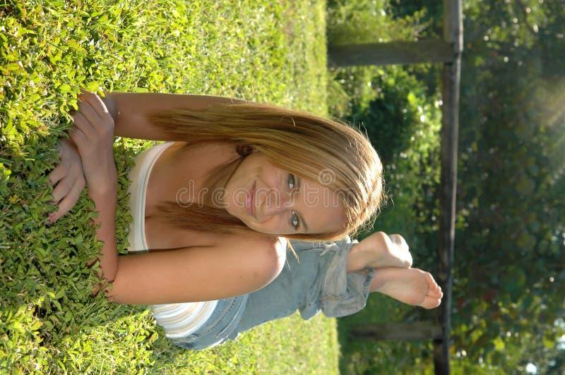 Muchacha adolescente feliz ocasional imagenes de archivo