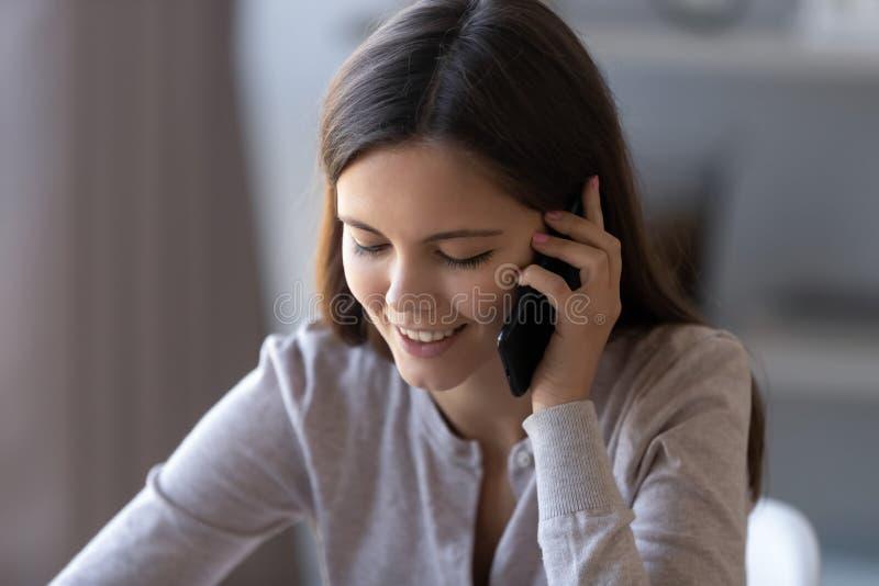 Muchacha adolescente feliz que habla en el teléfono que tiene conversación móvil agradable imágenes de archivo libres de regalías