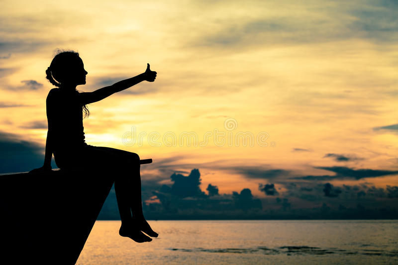 Muchacha adolescente feliz que se sienta en la playa imágenes de archivo libres de regalías