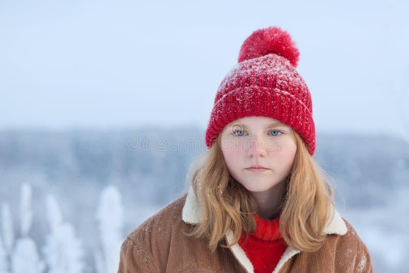 muchacha adolescente hermosa al aire libre en invierno fotografía de archivo