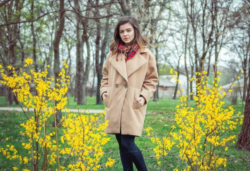Muchacha adolescente hermosa, capa beige que lleva imagen de archivo libre de regalías