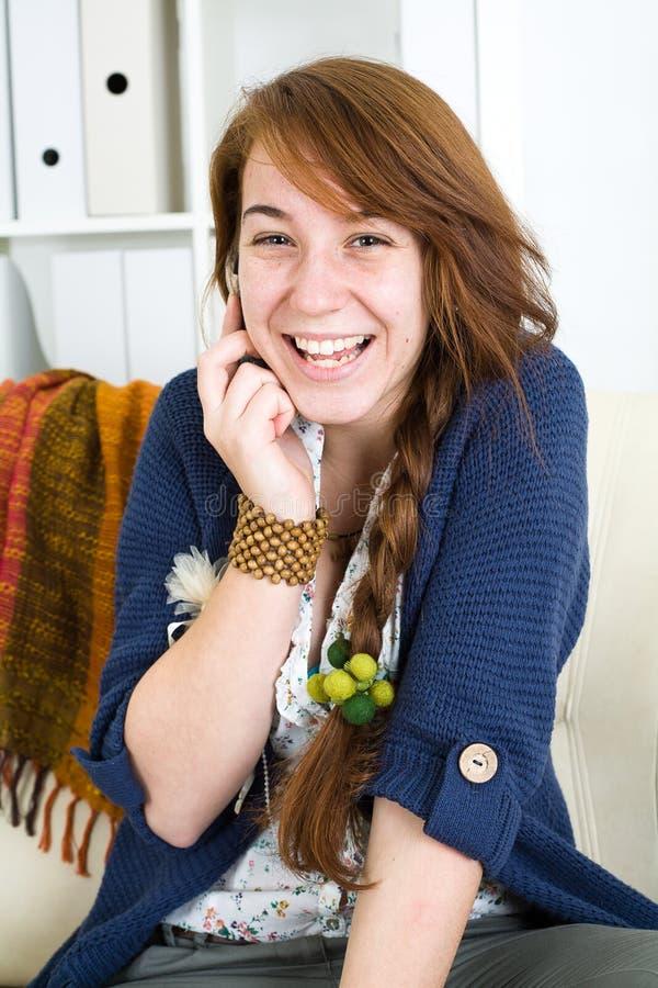 Muchacha adolescente hermosa con el teléfono imágenes de archivo libres de regalías