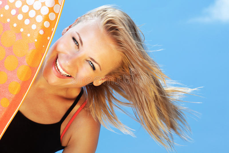 Muchacha adolescente hermosa de la persona que practica surf feliz imagen de archivo