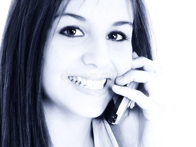 Muchacha adolescente hermosa que habla en el teléfono celular imagen de archivo