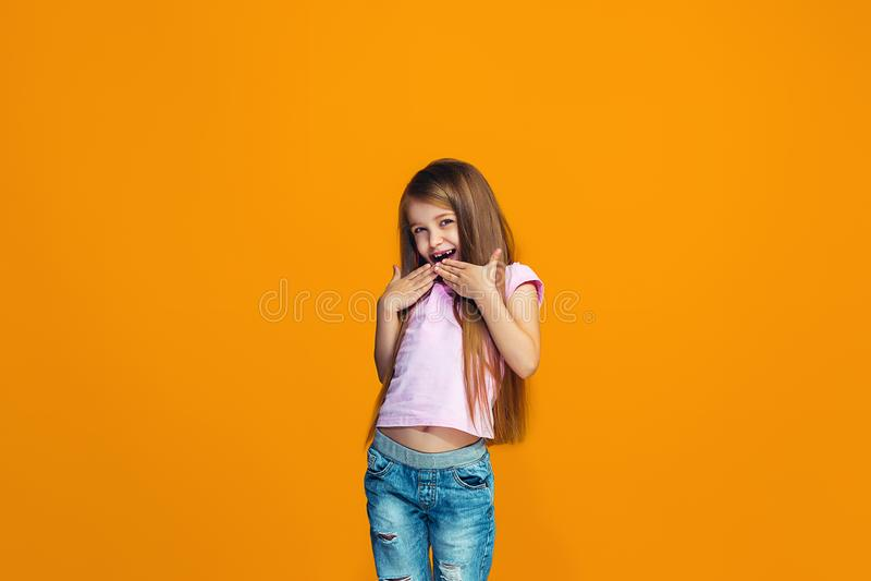 Muchacha adolescente hermosa que parece sorprendida imagen de archivo libre de regalías