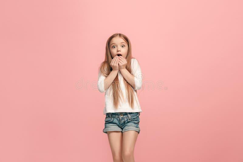 Muchacha adolescente hermosa que parece sorprendida aislado en rosa fotografía de archivo libre de regalías