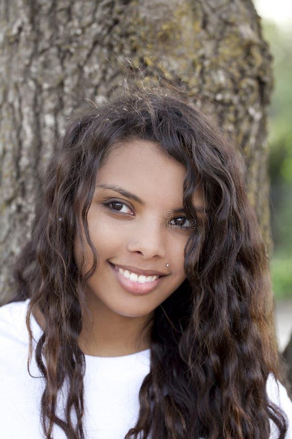 Muchacha adolescente hispánica bastante joven al aire libre del retrato imagenes de archivo