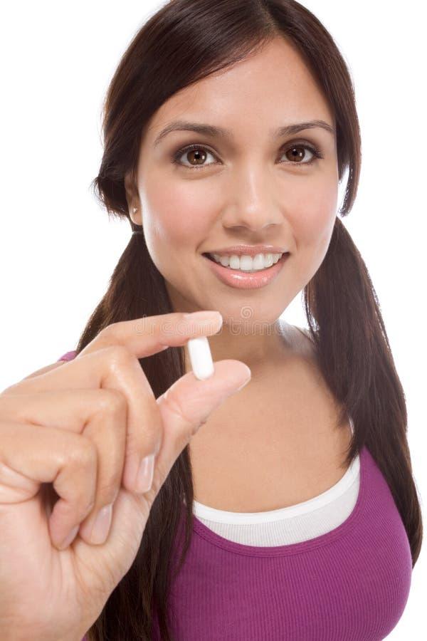 Muchacha adolescente hispánica con la píldora de la medicina imagen de archivo