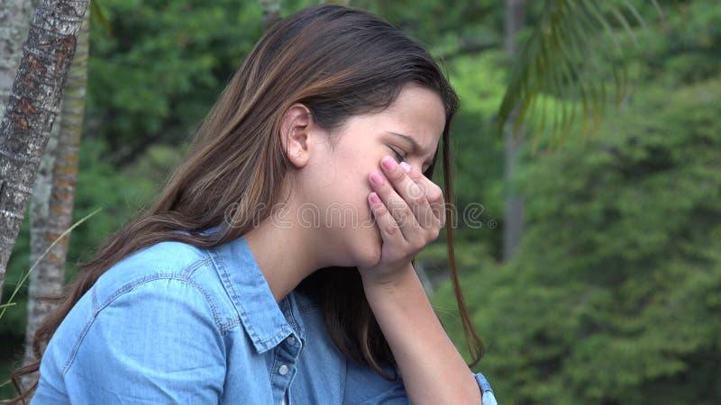 Muchacha adolescente hispánica llorosa con dolor emocional imagen de archivo libre de regalías