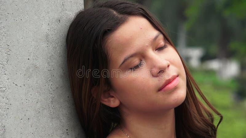 Muchacha adolescente impasible y cansada fotografía de archivo