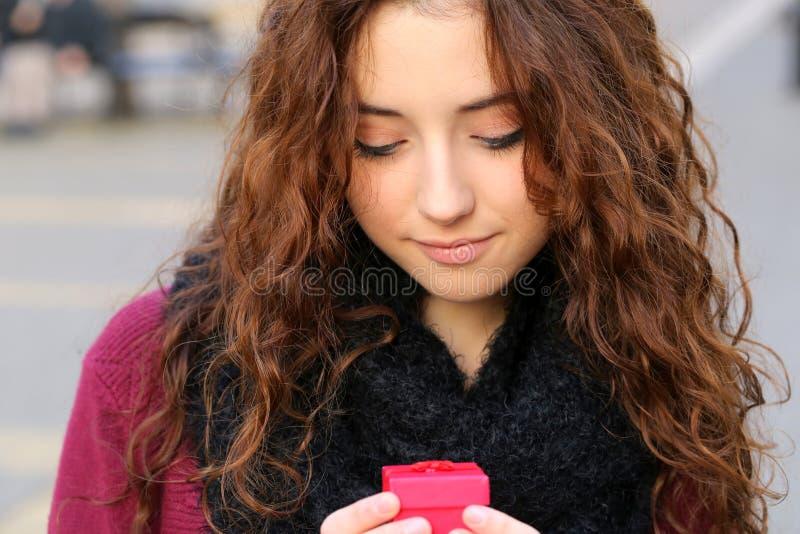 Muchacha adolescente joven con el regalo rojo fotos de archivo libres de regalías