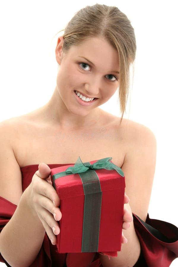 Muchacha adolescente joven que da el día de fiesta presente imágenes de archivo libres de regalías