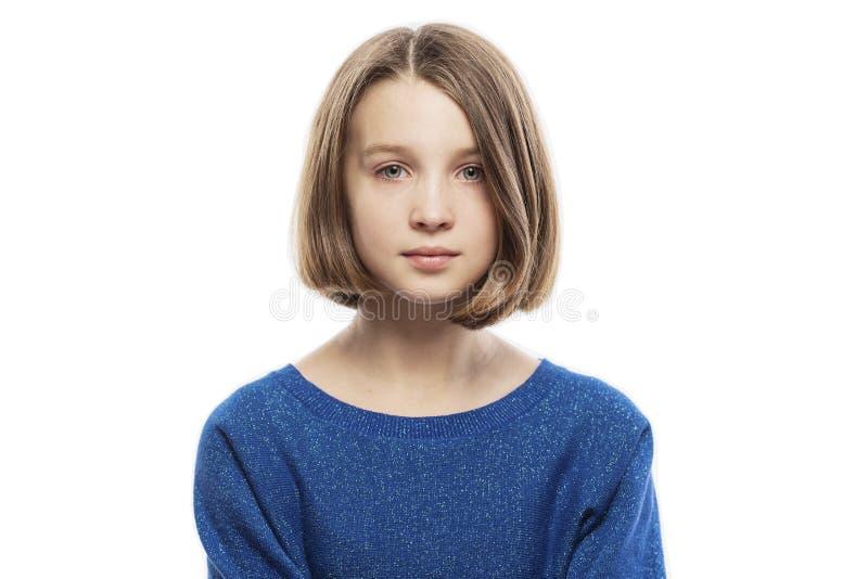 Muchacha adolescente linda en una actitud soñadora, primer fotografía de archivo
