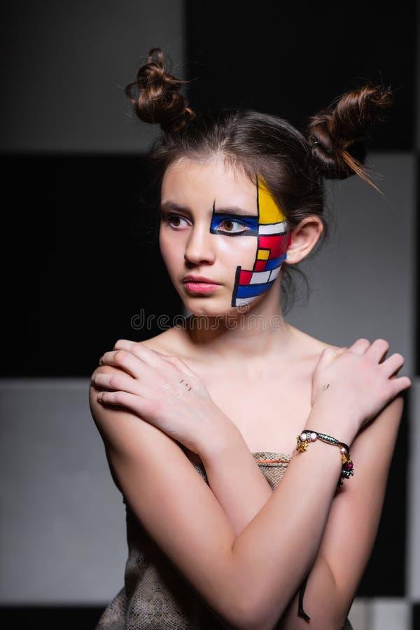Muchacha adolescente misteriosa fotografía de archivo libre de regalías