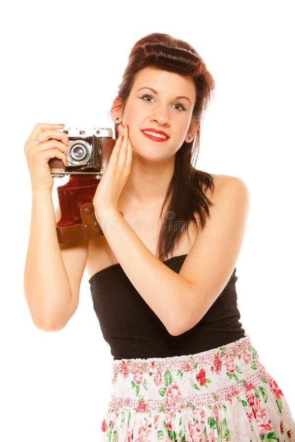 Muchacha adolescente preciosa con la cámara vieja imagenes de archivo