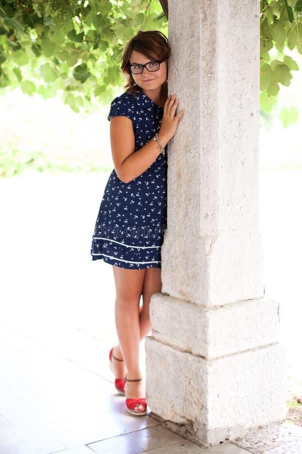 Muchacha adolescente preciosa en naturaleza imagen de archivo libre de regalías