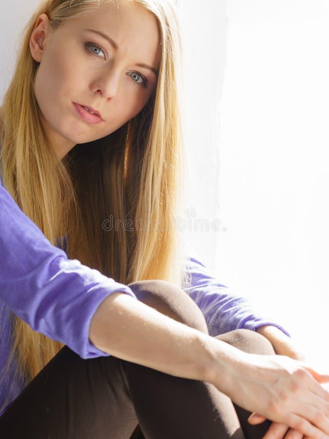 Muchacha adolescente preocupada deprimida triste foto de archivo