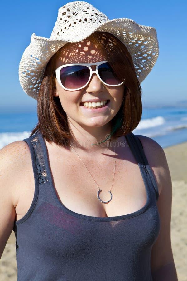 Muchacha adolescente principal roja que desgasta un sombrero foto de archivo