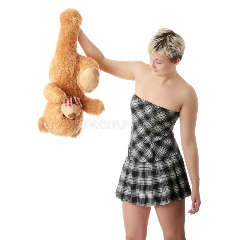 Muchacha adolescente punky con el oso de peluche imagenes de archivo